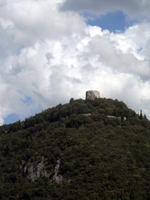 Montignoso, Castel Aghinolfi, dalla strada che percorre il litorale