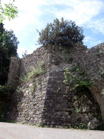 Montignoso, Castel Aghinolfi, particolare della cinta muraria