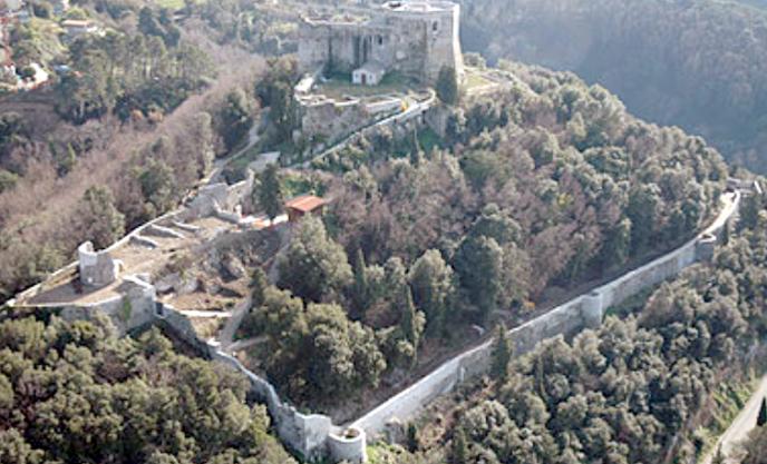 Montignoso, la struttura del castello con la cinta muraria