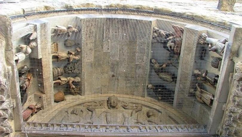 Arezzo Santa Maria della Pieve, la facciata particolare della lunetta e dell'archivolto con i mesi