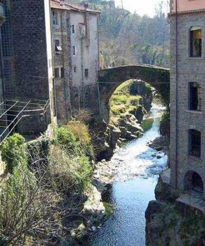 Bagnone, il ponte sul torrente