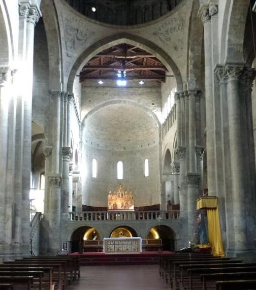 Arezzo Santa Maria della Pieve, interno dalla navata centrale