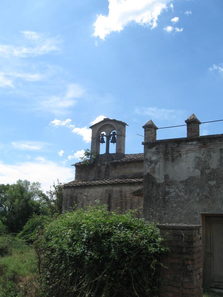 Tocchi la Pieve di Santa Maria Assunta, la torre campanaria
