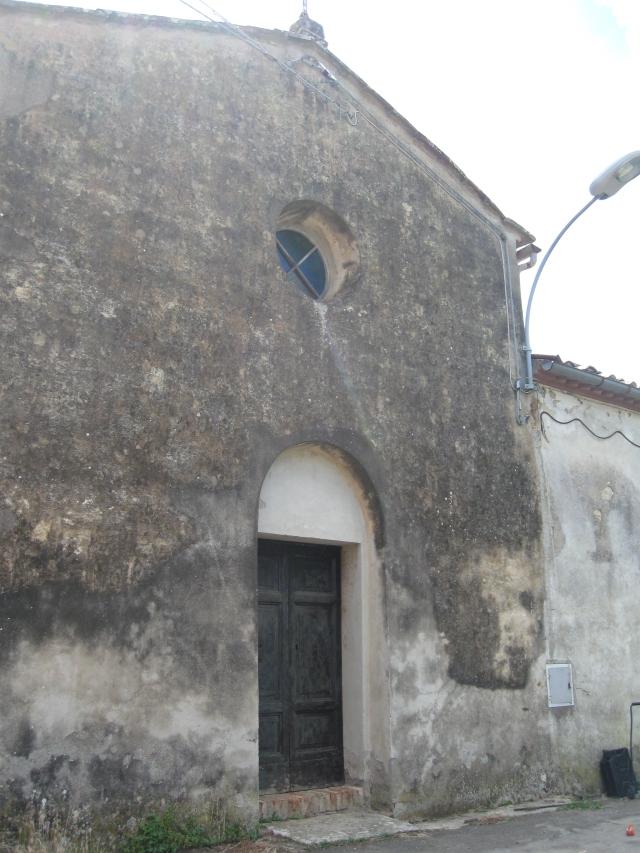 Tocchi la Pieve di Santa Maria Assunta, la facciata