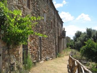 Castello di Tocchi il giro delle mura