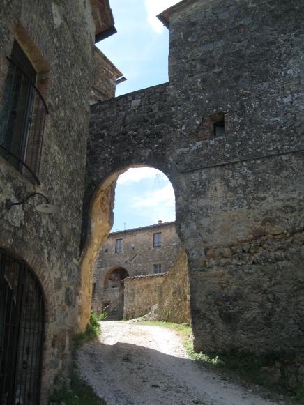 Castello di Tocchi la porta d'ingresso