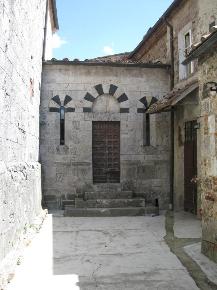 San LOrenzo a Merse l'ingresso laterale della PIeve