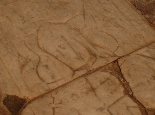 San Lorenzo a Merse, .all'interno della Pieve una pietra tombale trecentesca di un cavaliere appartenente probabilmente alla famiglia Marescotti che ne ebbe il patronato fino al 1604. Fu dichiarata pieve dal 1618.