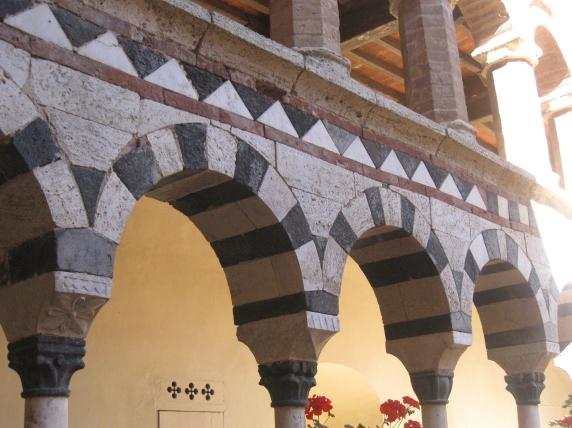 Chiostro di Santa Mustiola a Torri particolare del primo ordine e dei motivi geometrici