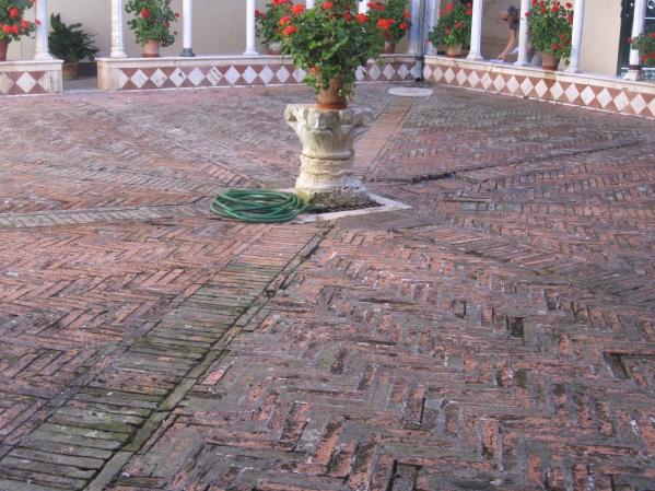 Chiostro di Santa Mustiola a Torri particolare del primo ordine, del basamento a lesene e della pavimentazione