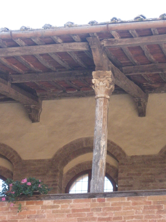 Chiostro di Santa Mustiola a Torri particolare di una colonna e capitello del terzo ordine