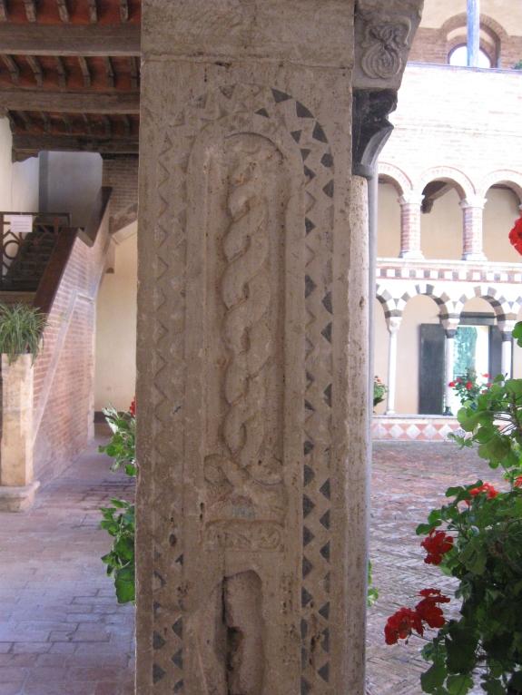 Chiostro di Santa Mustiola a Torri particolare di una colonna finemente cesellata