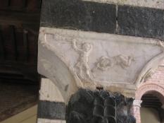 Chiostro di Santa Mustiola a Torri particolare di un pulvino con una scena biblica: Caino e Abele