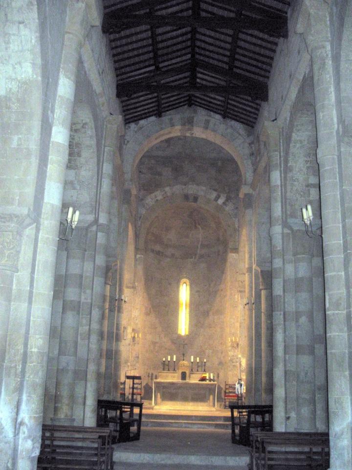 Pieve a Ponte allo Spino, interno della navata centrale con i pilastri a fascio e l'abside -