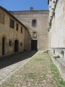 Torri Chiesa di Santa Mustiola, lato meridionale della chiesa e l'ingresso al chiostro