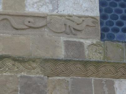 Segni e segreti: Pieve a Ponte allo Spino, particolare del bassorilievo a sinistra della monofora