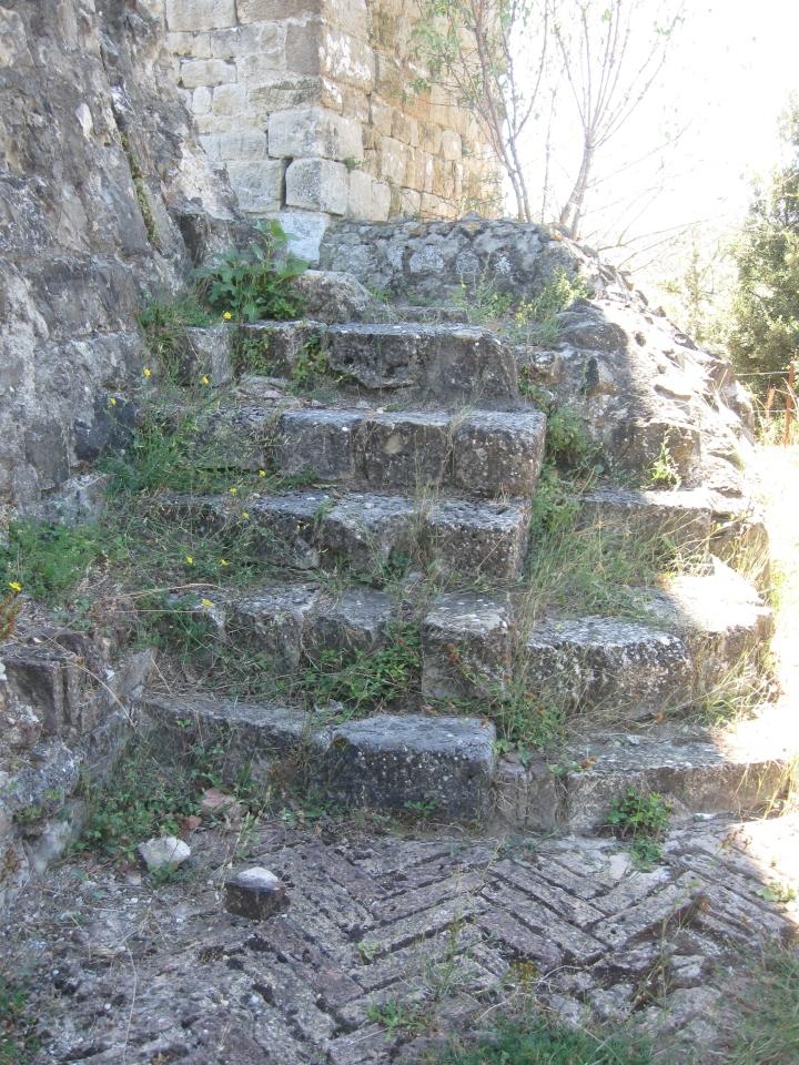 Crevole scale di accesso all'antica rocca