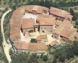 Murlo il borgo fortificato visto dall'alto: s'intuisce l'antico giro di mura, emerge il palazzo vescovile si vedono le due piazze e la chiesa di San Fortunato