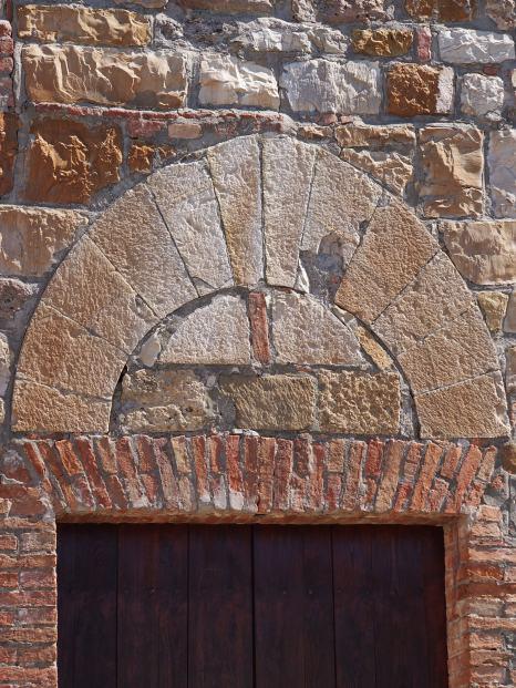 Murlo, particolare del portale della chiesa di San Foertunato