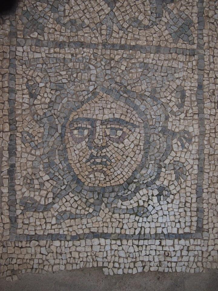 Luni, la Medusa, particolare del mosaico