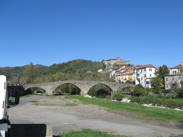Pontremoli il ponte trecentesco della Cresa e il castello del Pagnaro