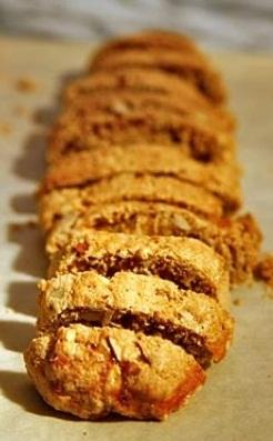Il modo di tagliare l'impasto dei biscotti di Prato