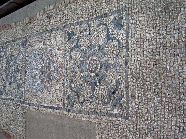 Mosaico che raffigura motivi floreali la testa della medusa e il sileno