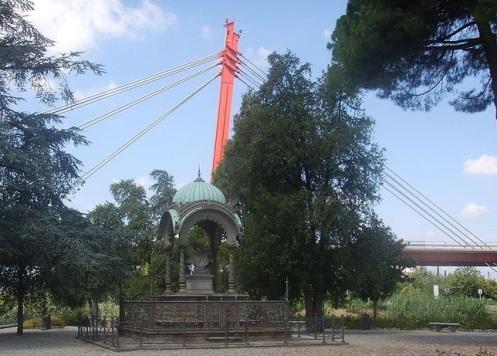 Ponte all'Indiano con il monumento e gli stalli rossi sullo sfondo