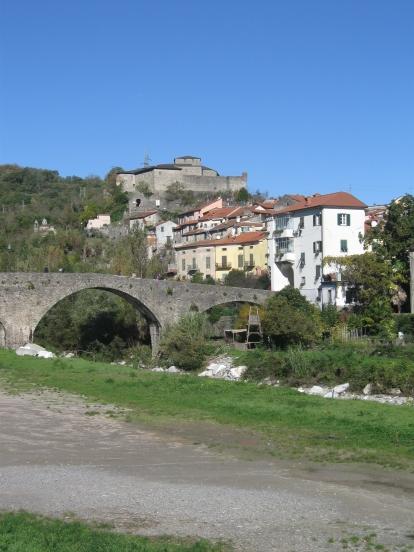 Pontremoli, il ponte della Cresa sul torrente Verde e il castello del Piagnaro in alto