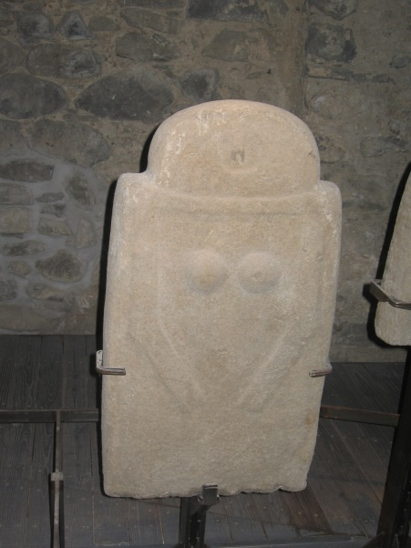 Un personaggio femminile tra le stele più antiche