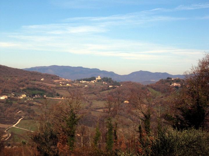 Il castello del Trebbio, bianco sullo sfondo nero dei monti dell'Appennino