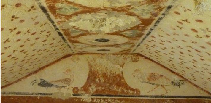 Necropoli di Tarquinia, la raffigurazione di galli e le pareti affrescate con motivi decorativi