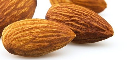 Le mandorle uno degli ingredienti dei Ricciarelli