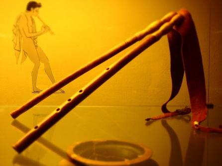 """Museo Archeologico di Firenze, """"aulos"""" strumento a fiato usato dai musici per allietare il banchetto come raffigurato nella tomba Golini1"""