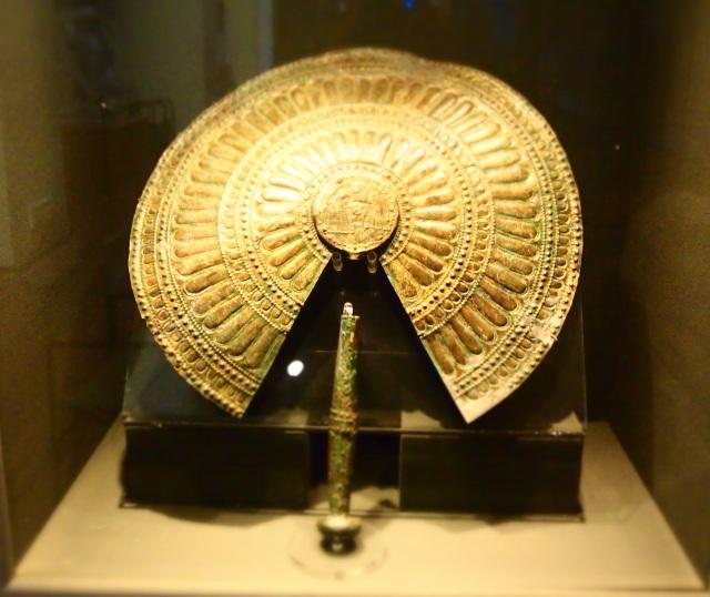 Museo Archeologico di Firenze, un flabello ritrovato a Populonia nella tomba detta appunto dei Flabelli del VI secolo a.C.