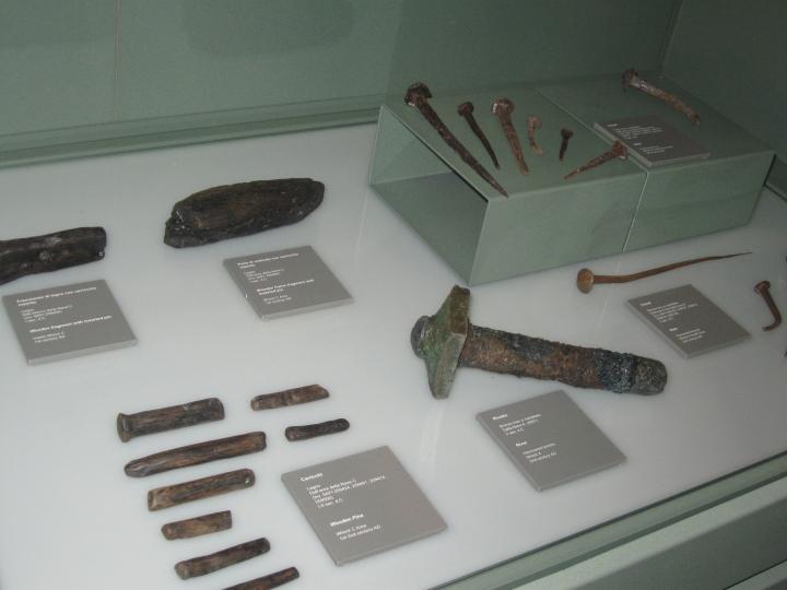 Museo delle navi antiche di Pisa, Sala IV, una teca con i vari chiodi