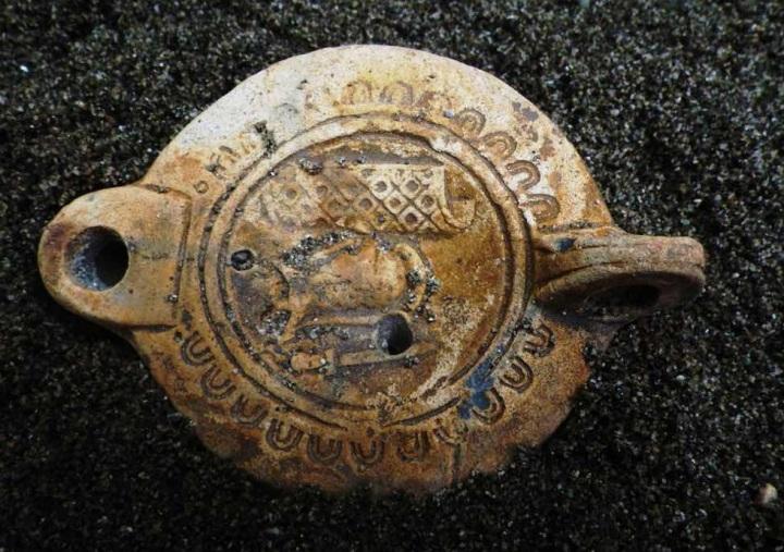 Museo delle navi antiche di Pisa, la nave una lucerna. La foto originale*