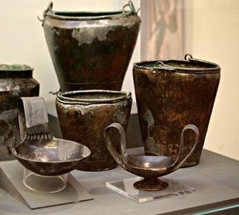 """Museo Archeologico di Firenze, """"situle"""" i piccoli secchi per l'acqua, un attingitoio per travasare il vino nelle coppe dei commensali, un vaso a doppia ansa, uno stammoi per contenere il vino sulla mensa"""