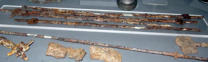Museo Archeologico di Firenze, spiedi, trovati nella Tomba detta dei Flabelli a populonia del VI secolo a.C: