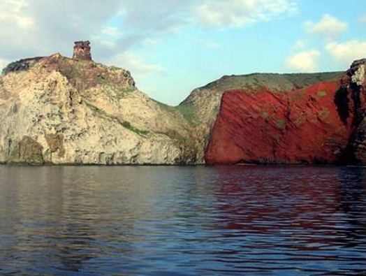 Capraia la Cala Rossa e la torre dello Zenobito