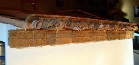 Particolare della riscostruzione del cornicione